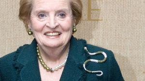 Madeleine Albright rintapielessään suurikokoinen kultainen käärmekoru.