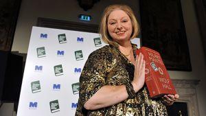 Hilary Mantel palkintojenjako juhlassa kädessään teoksensa Wolf Hall.