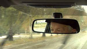 Kokeneet silmät tarkkailevat tietä.