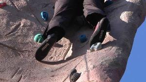 Kiipeilyssä lujille joutuvat jalat, sormet ja ristiselkä.