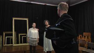 Idiotia-näytelmän harjoituksissa näyttelijät Kira Riikonen ja Jari Virman sekä selin oleva Taisto Reimaluoto.