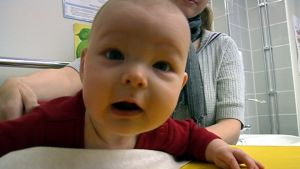 Vauva hoitopöydällä.
