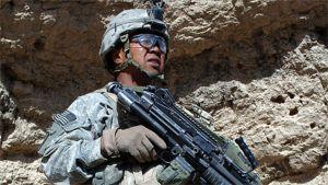 Yhdysvaltalainen sotilas Paktikan maakunnassa kallioseinää vasten