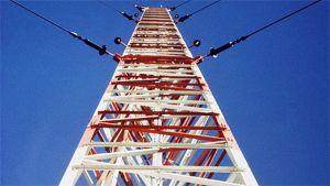 Lahden radiomasto kuvattuna juuresta huippua kohti.