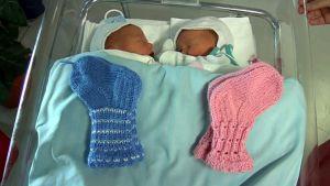 Kahden päivän ikäiset kaksoset ottivat sukkalahjoituksen tyynesti vastaan.