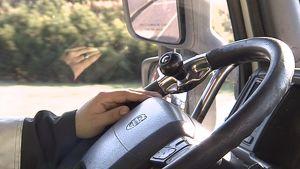 Rekan kuljettajan kädet ohjauspyörällä.