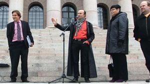 Kansalaisia houkutellaan mielenosoituksiin Facebookissa. Mielenosoitus eduskuntatalon edessä.