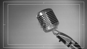 Vanha mikrofoni elokuvakameran läpi kuvattuna.