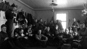 Talvisodan sotilaita ruokailemassa majapaikassaan.