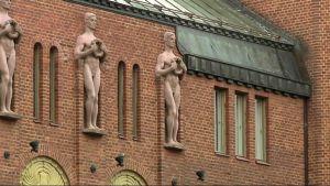 Koristeukkoja punatiilisen Eliel Saarisen suunnitteleman Joensuun kaupungintalon seinällä.