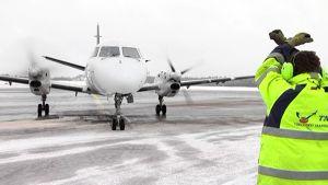 Lentoyhtiö Wingon kone Turun lentokentällä.