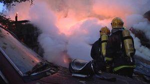palomiehet suihkuttavat vettä liekkeihin
