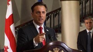 Presidentti Mihail Saakashvilia näyttelevä Andy Garcia pitää televisiopuhetta Renny Harlinin ohjaamassa ja Georgian sotaa käsittelevässä elokuvassa.