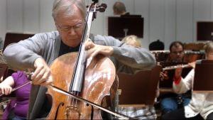 Arto Noras soittaa selloa Joensuun kaupunginorkesterin kanssa.