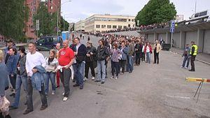 Ihmiset jonottavat Bruce Springsteenin konserttiin Ratinan stadionille .
