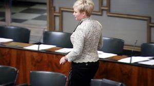 Elsi Katainen eduskunnan istuntosalissa perjantaina.