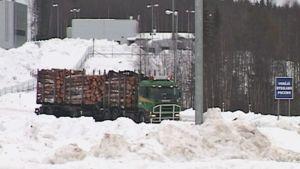 Puulastissa oleva rekka-auto Venäjän rajalla maaliskuussa 2008.