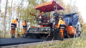 Kevyen liikenteen väylän asfaltointia Kemissä.