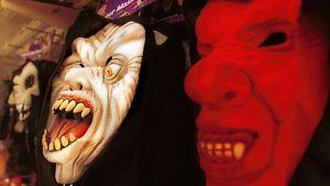 Halloween-naamareita kaupan hyllyllä