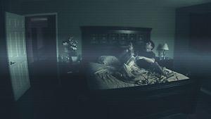 Mies ja nainen vuoteessa, kun joku  tai jokin avaa makuuhuoneen oven...
