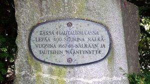 Nälkävuosina kuolleiden muistomerkki Hämeenlinnan vanhalla haustausmaalla