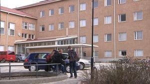 Oppilaita Hämeenlinnan yhteiskoulun pihalla