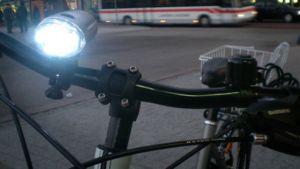 Polkupyörä ja valo.