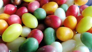 Valikoima kirkkaan värikkäitä pääsisäiskarkkeja