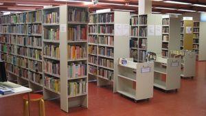Kirjahyllyjä Kankaanpään kirjastossa.