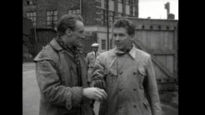 Miehet keskustelevat elokuvassa Rakkaus kahleissa.