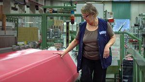 Nainen tarkastaa viiran laatua Tamfeltin tehtaalla
