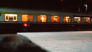 Junanvaunu asemalla yöllä.