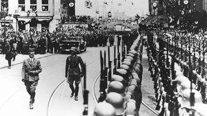 Adolf Hitler tarkastaa kunniakomppanian Kölnissä Reininmaan remilitarisoinnin jälkeisenä aamuna vuonna 1936.