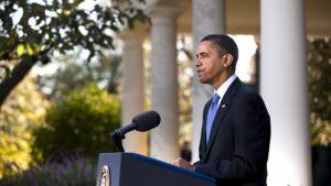 Barack Obama puhuu Valkoisen talon edustalla.