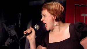 Paula Lehtomäki laulaa karaokea.