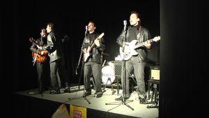 Teatteri Lapuan näytelmässä ollaan Beatlesin alkujuurilla ja nähdään nahkatakkiset Beatlesit.