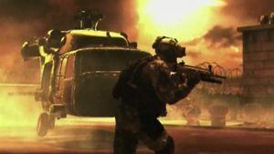 Kohtaus pelistä - sotilas ampuu edustalla, taustalla helikopteri ja räjähdyksiä