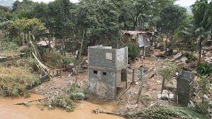 Myrskyssä tuhotuneita taloja joen varrella Koillis-Manilassa Filippiineillä.