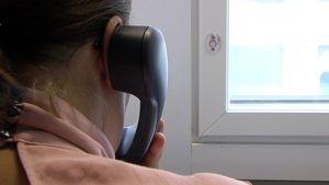 Nainen puhuu puhelimessa