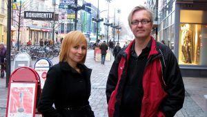 Kuvataiteilija Rakel Liekki sekä dokumenttiohjaaja Markku Heikkinen Joensuun kävelykadulla.