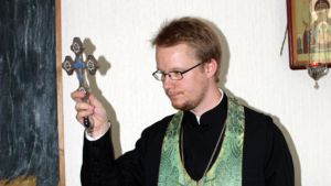 Lars Ahlbäck risti kädessään.