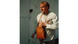 Mies laukun kanssa