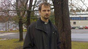 Pappi pihamaalla