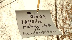 Lapset kirjoittivat toivomuksiaan paperille Lapsen oikeuksien päivänä vuonna 2009.