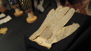 Michael Jacksonin jalokivin koristeltu käsine esillä huutokaupassa.