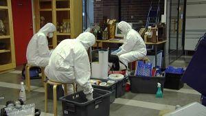 Koulun tavarat puhdistetaan ennen muuttolaatikoihin pakkaamista.
