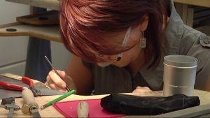 Opiskelija suunnittelee koruja