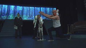 Presidentti Kekkonen kuntoilee Porin teatterin näytelmässä Nootti.