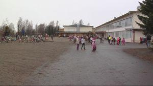Pieksämäkeläisen Harjun koulun oppilaita välitunnilla.