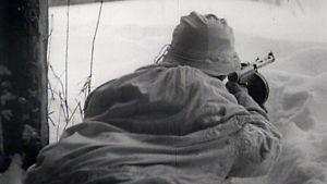 Suomalainen konepistoolimies lumipuvussa